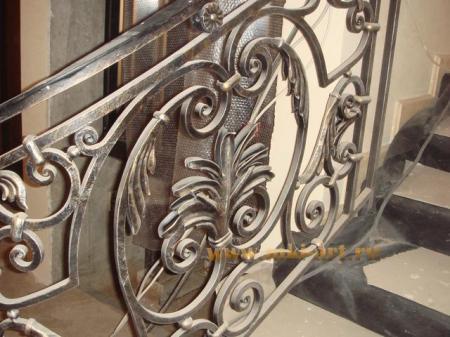 кованая лестница с перилами